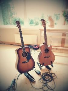Takamine-gitarren till vänster är Bengt Johanssons och Furch-gitarren är min. En stor ära att låna ut den.